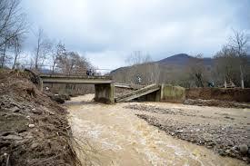 Poplave srusen most